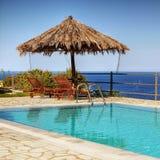 Mar de desatención de la piscina del balcón del chalet fotografía de archivo libre de regalías