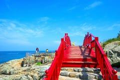 Mar de Haeundae y puente de madera en el templo del yonggungsa de Haedong en B imagen de archivo libre de regalías
