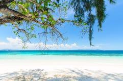 mar de la arena blanca y del cielo azul Imágenes de archivo libres de regalías