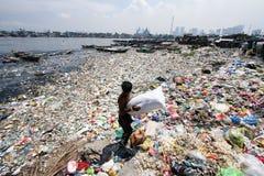 Mar de la contaminación de agua de la basura en Tondo, Filipinas imagen de archivo libre de regalías