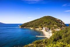 Mar de la isla de Elba, playa y costa T del promontorio de Portoferraio Enfola Fotos de archivo libres de regalías