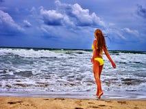 Mar de la muchacha del verano en traje de baño amarillo Imagen de archivo libre de regalías