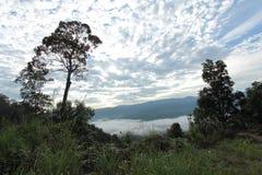 Mar de la niebla en el tiempo de mañana Foto de archivo libre de regalías