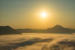 Mar de la niebla en salida del sol Foto de archivo libre de regalías