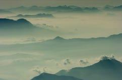 Mar de la niebla, nubes de cumulonimbus de Corfú y picos de montaña Imagen de archivo libre de regalías
