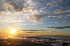 Mar de la niebla y de la puesta del sol en la montaña Fotografía de archivo