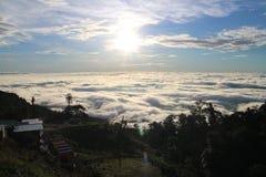Mar de la niebla y de la puesta del sol en la montaña Imágenes de archivo libres de regalías