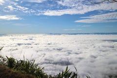 Mar de la niebla y de la puesta del sol en la montaña Foto de archivo