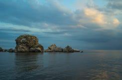 Mar de la tarde con el cielo nublado fotos de archivo