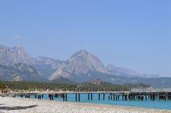 Mar de la turquesa cerca de la montaña fotos de archivo