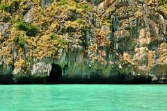 Mar de la turquesa con una orilla rocosa Foto de archivo