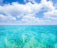 Mar de la turquesa de las islas de Belearic bajo el cielo azul Imagenes de archivo