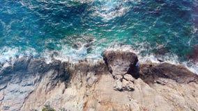 Mar de la turquesa en los altos acantilados costeros almacen de metraje de vídeo