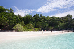 Mar de la turquesa y arena blanca fotografía de archivo libre de regalías