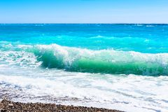 Mar de la turquesa y el cielo azul Playa hermosa en Niza, Francia imágenes de archivo libres de regalías