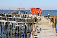 Mar de madera del embarcadero de los zancos de la choza retra del pescador, Portugal Fotografía de archivo libre de regalías