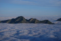 Mar de nubes en las montan@as Fotos de archivo libres de regalías