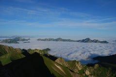 Mar de nubes en las montan@as Fotos de archivo