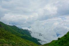 Mar de nubes en una pista de senderismo que lleva para platear los lagos en Georgia imágenes de archivo libres de regalías