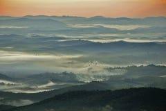 Mar de nuvens do ‹do †do ‹do †no nascer do sol nas montanhas fotografia de stock