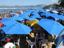Mar de paraguas en la playa del público de Acapulco Fotografía de archivo