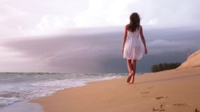 Mar de passeio do por do sol da praia dos pés da menina filme