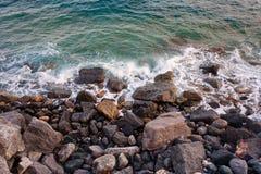 Mar de pedra da onda de Itália da praia foto de stock royalty free