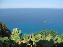 Mar de Skyblue com rochas fotografia de stock