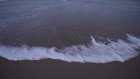 Mar de Sottomarina en invierno, sin cualquier persona, en la puesta del sol con un cielo azul metrajes