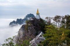 Mar de Tailandia que sorprende de la niebla en PU Pha Daeng, provincia de Lampang, Tailandia de Wat Prajomklao Rachanusorn Wat Ph imagenes de archivo