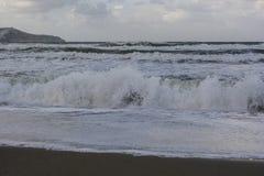 Mar de tempestade raging das ondas fortes foto de stock royalty free