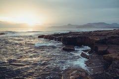 Mar de tormenta en la puesta del sol en la costa sur Fotografía de archivo libre de regalías
