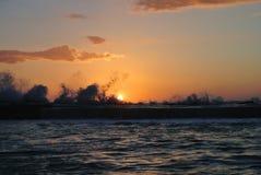 Mar de tormenta en un fondo de una puesta del sol Fotografía de archivo