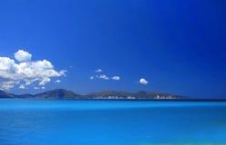 Mar de turquesa do céu azul Imagem de Stock Royalty Free