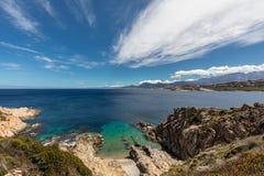 Mar de turquesa e litoral rochoso em Revellata em Córsega foto de stock
