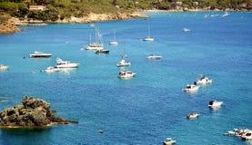 Mar de Tyhrrhenian, botes pequeños que flotan en Toscana, en la isla de Elba, Italia Foto de archivo libre de regalías