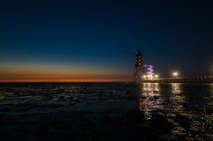 Mar de Wadden en la noche con el faro Imagen de archivo