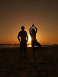 Mar del asana de la yoga de la empresaria del hombre de negocios Fotos de archivo