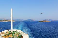 Mar del azul del viaje del barco Fotos de archivo libres de regalías