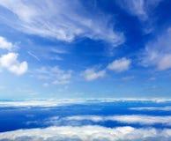 Mar del cielo azul de nubes de la mucha altitud Imagen de archivo