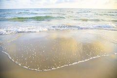 Mar del fondo de la playa de la onda y oc?ano azul hermoso arenoso fotos de archivo libres de regalías