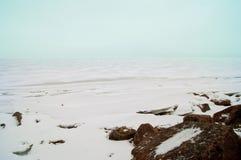 Mar del invierno con la piedra de hielo de la nieve Fotografía de archivo