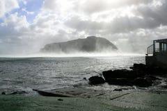 Mar del invierno y panorama de la montaña Fotos de archivo