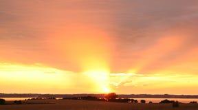 Mar del río de la puesta del sol Fotos de archivo libres de regalías