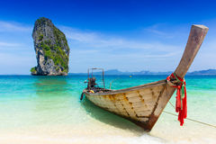 Mar del viaje del verano de Tailandia, barco de madera viejo tailandés en la playa Krabi Phi Phi Island Phuket del mar Imágenes de archivo libres de regalías