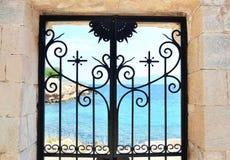 Mar detrás de la puerta en la isla Grecia de Aegina Foto de archivo libre de regalías