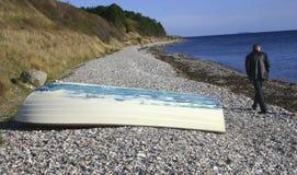Mar do barco da praia da caminhada fotografia de stock