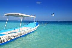 Mar do Cararibe de turquesa das gaivotas azuis do barco Fotografia de Stock Royalty Free