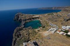 Mar do curso do céu azul da natureza do verão da arquitetura das construções históricas de Lindos Rhodos Grécia Imagem de Stock