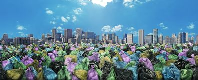 Mar do lixo em um backgro da skyline da cidade Imagem de Stock